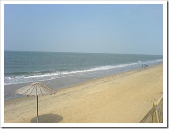 Deserted beach during noon - cherai beach